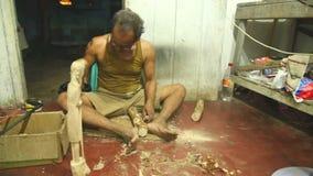 HIKKADUWA,斯里兰卡- 2014年3月:工作在他的商店的地方雕刻家在Hikkaduwa 地方企业在这个海滩镇居住mainl 股票视频
