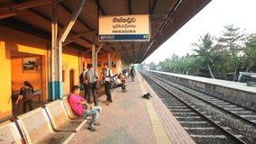HIKKADUWA,斯里兰卡- 2014年2月:当地在Hikkaduwa火车站的人民等待的火车 斯里兰卡的铁路运输 股票视频