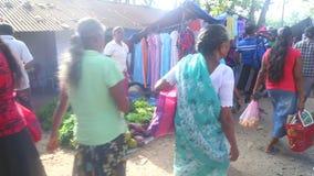 HIKKADUWA,斯里兰卡- 2014年2月:通过在Hikkaduwa市场上的地方妇女卖和人 Hikkaduwa星期天市场是kn 股票录像