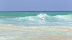 HIKKADUWA, ΣΡΙ ΛΑΝΚΑ - ΤΟ ΦΕΒΡΟΥΆΡΙΟ ΤΟΥ 2014: Η άποψη του surfer που κάνει σερφ στον ωκεανό στην παραλία Hikkaduwa Το Hikkaduwa  απόθεμα βίντεο