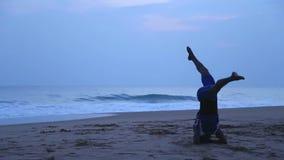HIKKADUWA, ШРИ-ЛАНКА - МАРТ 2014: Местный человек протягивая вне на пляже в Hikkaduwa Hikkaduwa известно для своего красивого пес сток-видео