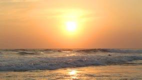 HIKKADUWA, ШРИ-ЛАНКА - ФЕВРАЛЬ 2014: Взгляд океанских волн на пляже Hikkaduwa на заходе солнца Hikkaduwa известно для своего beau видеоматериал