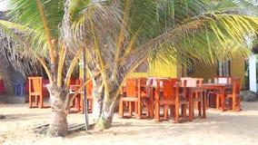 HIKKADUWA, ШРИ-ЛАНКА - ФЕВРАЛЬ 2014: Взгляд пустого местного бара пляжа на пляже Hikkaduwa Hikkaduwa известно для своего красивог сток-видео