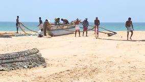 HIKKADUWA, ШРИ-ЛАНКА - ФЕВРАЛЬ 2014: Взгляд рыболовов работая на пляже Hikkaduwa Hikkaduwa известно для своего красивого beache акции видеоматериалы
