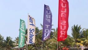 HIKKADUWA, ШРИ-ЛАНКА - ФЕВРАЛЬ 2014: Взгляд серфинга сигнализирует на ветре на пляже Hikkaduwa Hikkaduwa известно для свое красив видеоматериал
