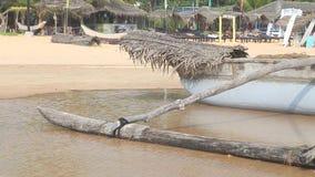 HIKKADUWA, ШРИ-ЛАНКА - ФЕВРАЛЬ 2014: Взгляд шлюпки на пляже Hikkaduwa окруженном водой Hikkaduwa известно для своего beautif акции видеоматериалы