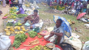 HIKKADUWA, ШРИ-ЛАНКА - ФЕВРАЛЬ 2014: Местные люди сидя и продавая на рынке Hikkaduwa Рынок Hikkaduwa воскресенья знан для своего акции видеоматериалы