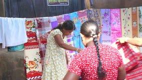 HIKKADUWA, ШРИ-ЛАНКА - ФЕВРАЛЬ 2014: Местный продавать и женщины женщины просматривая на известном рынке Hikkaduwa воскресенья, д акции видеоматериалы
