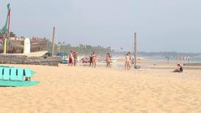 HIKKADUWA, ШРИ-ЛАНКА - ФЕВРАЛЬ 2014: Молодые люди играя волейбол на пляже Hikkaduwa известно для своих красивых пляжей сток-видео