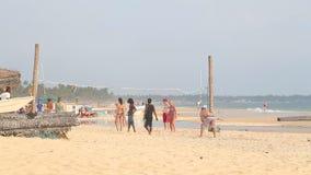 HIKKADUWA, ШРИ-ЛАНКА - ФЕВРАЛЬ 2014: Молодые люди играя волейбол на пляже Hikkaduwa известно для своих красивых пляжей акции видеоматериалы