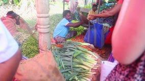 HIKKADUWA, ШРИ-ЛАНКА - ФЕВРАЛЬ 2014: Укомплектуйте личным составом весить и продавать его продукцию на рынке Hikkaduwa Рынок Hikk сток-видео