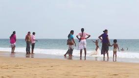 HIKKADUWA, SRI LANKA - FÉVRIER 2014 : Gens du pays appréciant la plage et jouant dans le ressac Les vagues sont très fortes et pa clips vidéos