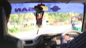 HIKKADUWA, SRI LANKA - FEBRERO DE 2014: La vista de los suburbios de Hikkaduwa trafica desde adentro de un coche móvil Hikkaduwa  almacen de metraje de vídeo