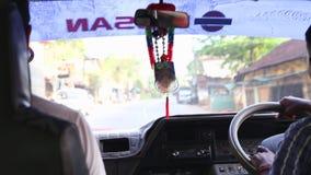 HIKKADUWA, SRI LANKA - FEBRERO DE 2014: La vista de los suburbios de Hikkaduwa trafica desde adentro de un coche móvil Hikkaduwa  almacen de video