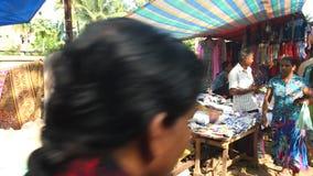 HIKKADUWA, SRI LANKA - FEBRUAR 2014: Ansicht des lokalen Blinders Tamburin an Hikkaduwa-Markt singend und spielend Hikkaduwa Sonn stock footage