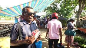 HIKKADUWA, SRI LANKA - FEBRUAR 2014: Ansicht des lokalen Blinders Tamburin an Hikkaduwa-Markt spielend Markt Hikkaduwa Sonntag is stock video