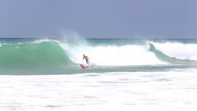 HIKKADUWA, SRI LANKA - FEBRUAR 2014: Ansicht des Surfers auf Welle und dem Fallen vor anderem Internatsschüler Hikkaduwa ist für  stock video footage