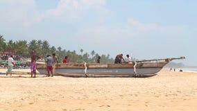 HIKKADUWA, SRI LANKA - FEBRUAR 2014: Ansicht, die von den Fischern arbeiten an Hikkaduwa-Strand ist Hikkaduwa ist für sein schöne stock video
