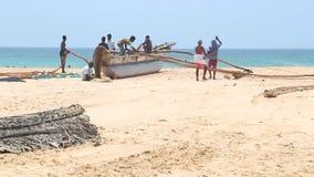 HIKKADUWA, SRI LANKA - FEBRUAR 2014: Ansicht, die von den Fischern arbeiten an Hikkaduwa-Strand ist Hikkaduwa ist für sein schöne stock footage