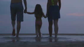HIKKADUWA, SRI LANKA - FEBRUAR 2014: Ansicht von den Paaren, die Hand in Hand auf Strand mit Kind gehen Hikkaduwa ist für sein be stock video