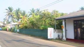 HIKKADUWA, SRI LANKA - FEBRUAR 2014: Ansicht von Hikkaduwa-Stadt von einem beweglichen tuktuk Hikkaduwa ist eine Kleinstadt auf d stock video footage