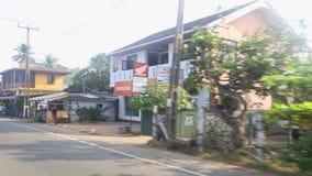 HIKKADUWA, SRI LANKA - FEBRUAR 2014: Ansicht von Hikkaduwa-Stadt von einem beweglichen tuktuk Hikkaduwa ist eine Kleinstadt auf d stock footage