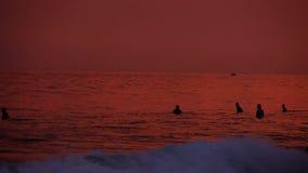 HIKKADUWA, SRI LANKA - FEBRUAR 2014: Ansicht von Hikkaduwa-Strand bei Sonnenuntergang, während Wellen spritzen und Leute genießen stock footage