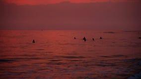 HIKKADUWA, SRI LANKA - FEBRUAR 2014: Ansicht von Hikkaduwa-Strand bei Sonnenuntergang, während Wellen spritzen und Leute genießen stock video
