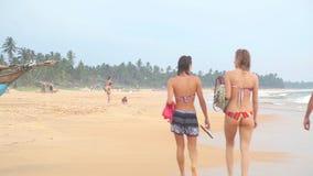 HIKKADUWA, SRI LANKA - FEBRUAR 2014: Ansicht von Hikkaduwa-Strand, während Wellen spritzen und Leute überschreiten durch den Ozea stock footage