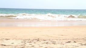 HIKKADUWA, SRI LANKA - FEBRUAR 2014: Ansicht von Hikkaduwa-Strand, während Wellen spritzen und Leute amüsieren sich in stock video