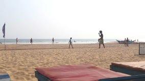 HIKKADUWA, SRI LANKA - FEBRUAR 2014: Ansicht von Hikkaduwa-Strand, während Wellen spritzen und Leute gehen auf den Strand Hikka stock video