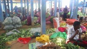 HIKKADUWA, SRI LANKA - FEBRUAR 2014: Ansicht von Leuten an Hikkaduwa-Markt Markt Hikkaduwa Sonntag bekannt für seine breite Palet stock video