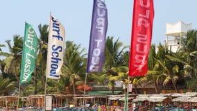 HIKKADUWA, SRI LANKA - FEBRUAR 2014: Ansicht von surfenden Flaggen auf dem Wind auf Hikkaduwa-Strand Hikkaduwa ist für sein schön stock video footage