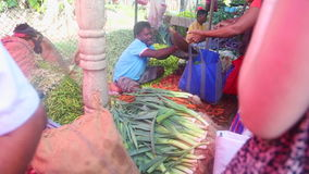 HIKKADUWA, SRI LANKA - FEBRUAR 2014: Bemannen Sie das Wiegen und den Verkauf seines Erzeugnisses an Hikkaduwa-Markt Markt Hikkadu stock video