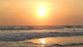 HIKKADUWA, SRI LANKA - FEBRUAR 2014: Die Ansicht der Meereswogen auf Hikkaduwa-Strand bei Sonnenuntergang Hikkaduwa ist für sein  stock video
