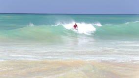 HIKKADUWA, SRI LANKA - FEBRUAR 2014: Die Ansicht des Surfers, der in den Ozean auf Hikkaduwa-Strand surft Hikkaduwa ist für sein  stock footage