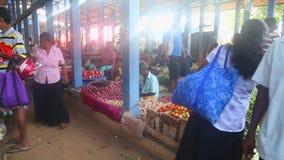 HIKKADUWA, SRI LANKA - FEBRUAR 2014: Einheimische, die Markt Hikkaduwa Sonntag grasen Markt Hikkaduwa Sonntag bekannt für seine b stock video footage