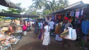 HIKKADUWA, SRI LANKA - FEBRUAR 2014: Einheimische, die vorbei an Hikkaduwa-Markt überschreiten Markt Hikkaduwa Sonntag bekannt fü stock video footage