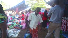 HIKKADUWA, SRI LANKA - FEBRUAR 2014: Einheimische, die vorbei an Hikkaduwa-Markt überschreiten Markt Hikkaduwa Sonntag bekannt fü stock video