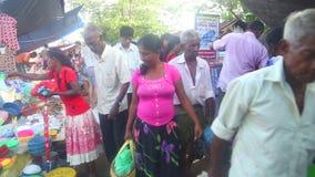 HIKKADUWA, SRI LANKA - FEBRUAR 2014: Einheimische, die vorbei an Hikkaduwa-Markt überschreiten Markt Hikkaduwa Sonntag bekannt fü stock footage
