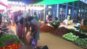 HIKKADUWA, SRI LANKA - FEBRUAR 2014: Einheimischverkauf und -leute, die vorbei an Hikkaduwa-Markt überschreiten Markt Hikkaduwa S stock video