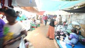 HIKKADUWA, SRI LANKA - FEBRUAR 2014: Gehen durch Hikkaduwa-Markt Markt Hikkaduwa Sonntag bekannt für seine breite Palette von Sup stock footage