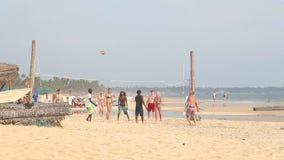 HIKKADUWA, SRI LANKA - FEBRUAR 2014: Junge Leute, die Volleyball auf dem Strand spielen Hikkaduwa ist für seine schönen Strände b stock video footage