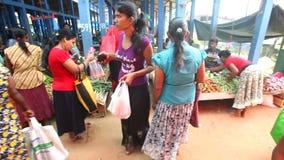 HIKKADUWA, SRI LANKA - FEBRUAR 2014: Lokale Frau, die durch überschreitet und an Hikkaduwa-Markt grast Markt Hikkaduwa Sonntag is stock video footage