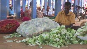 HIKKADUWA, SRI LANKA - FEBRUAR 2014: Lokale Männer, die an Markt Hikkaduwa Sonntag, bekannt für seine breite Palette von frischem stock video footage