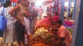 HIKKADUWA, SRI LANKA - FEBRUAR 2014: Lokale Mannverkauf und -frauen, die an Markt Hikkaduwa Sonntag, bekannt für seine breite Pal stock video