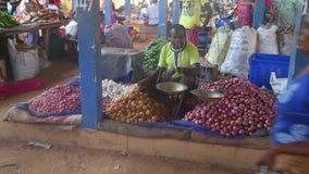 HIKKADUWA, SRI LANKA - FEBRUAR 2014: Lokaler Mann, der an Hikkaduwa-Markt sitzt und verkauft Markt Hikkaduwa Sonntag bekannt für  stock footage