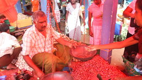 HIKKADUWA, SRI LANKA - FEBRUAR 2014: Lokaler Mann, der Knoblauch an Hikkaduwa-Markt verkauft Markt Hikkaduwa Sonntag bekannt für  stock footage