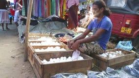 HIKKADUWA, SRI LANKA - FEBRUAR 2014: Lokaler Mann, der an Markt Hikkaduwa Sonntag, bekannt für seine breite Palette von frischem  stock footage