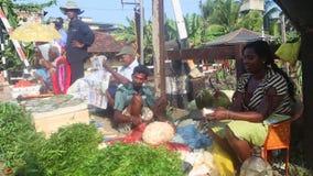 HIKKADUWA, SRI LANKA - FEBRUAR 2014: Lokaler Mannsitzen und -ausschnitt Jackfruit an Hikkaduwa-Markt Markt Hikkaduwa Sonntag ist  stock footage